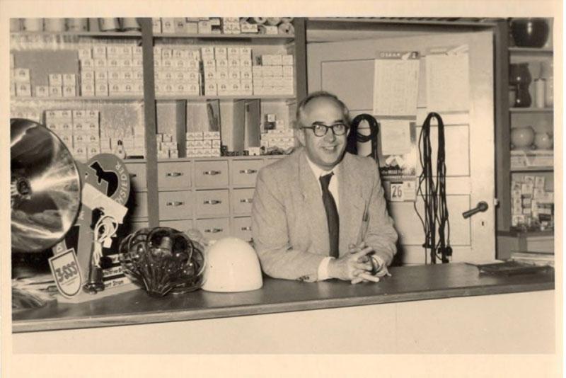 Albert Schäffler in seinem Geschäft in Onkel Toms Ladenstraße