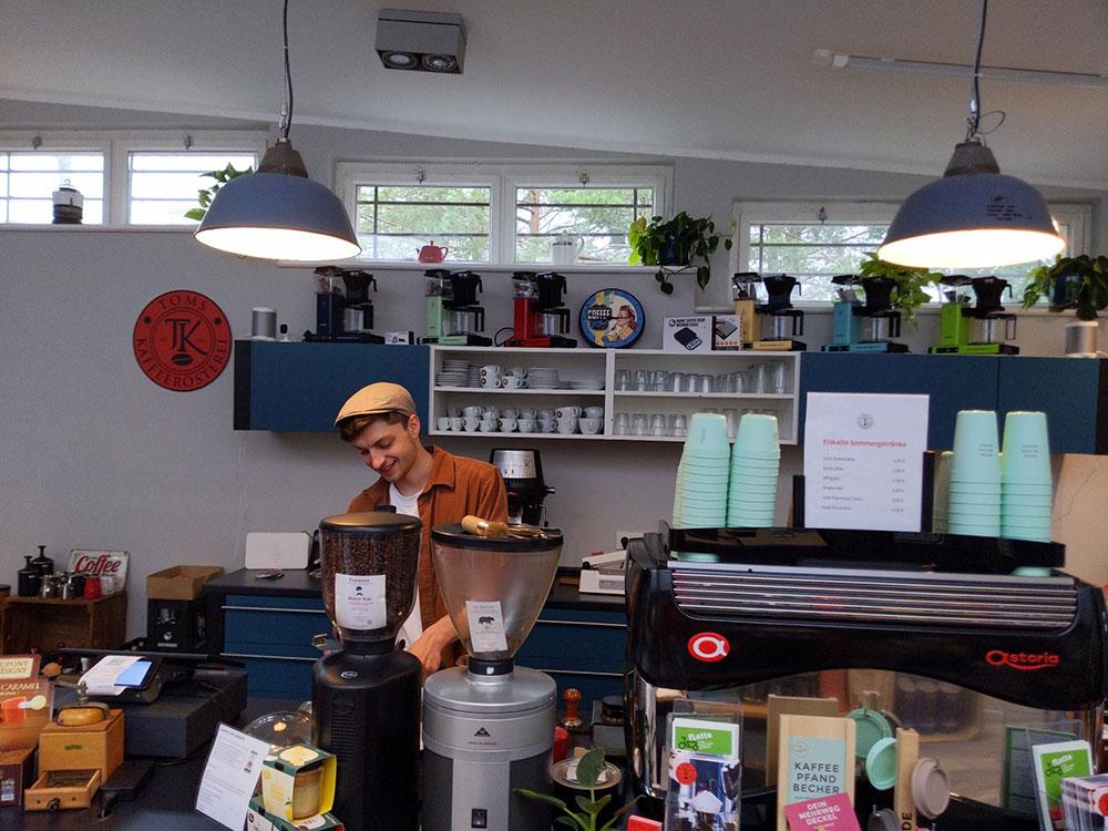 Toms Kaffeerösterei in Berlin-Zehlendorf // Barista at work