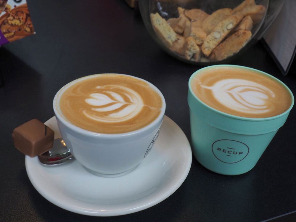 Toms Kaffeerösterei in Berlin-Zehlendorf // Cappucio zum hier trinken oder to go im Recup-Becher