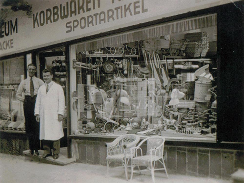 Historische Aufnahme - Korbwaren und Sportartikel - Urheberin: Ursula Krötz