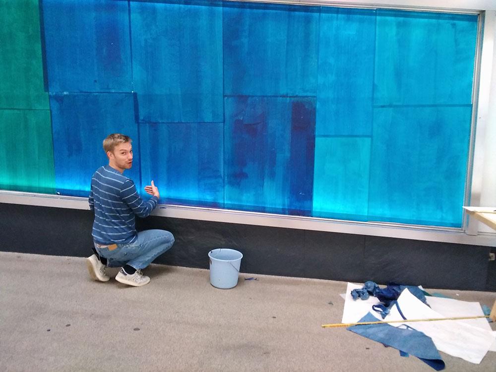 Impressionen von den Vorbereitungen zu einer farbigen Schaufensterarbeit in der Ladenstraße Nord