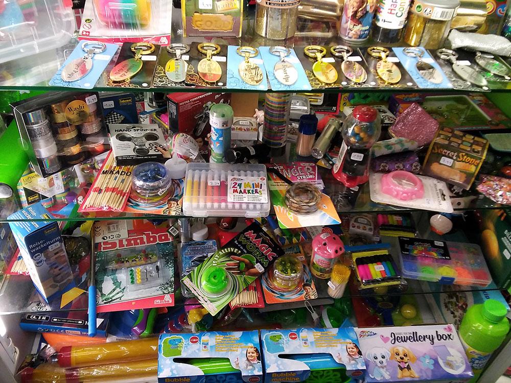 Alles für die Kinder-Schatzkiste im Foto-Schreib-Spielwaren-Shop in Onkel Toms Ladenstraße