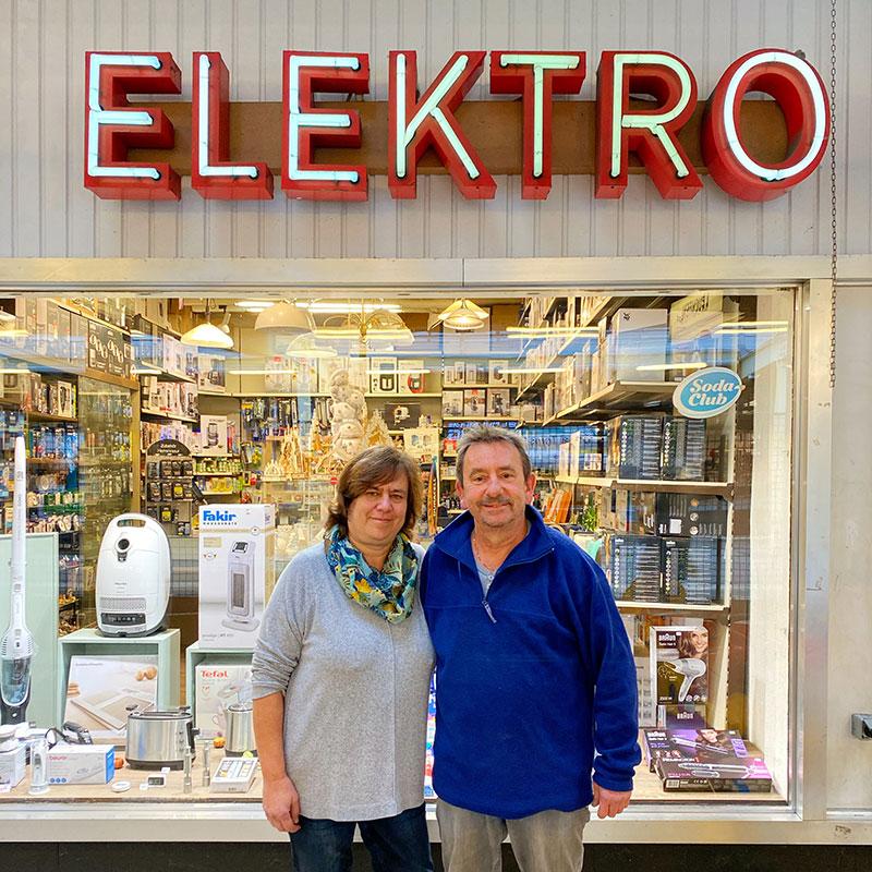 Das Ehepaar Charnow vor ihrem Ladengeschäft Elektro Schäffler