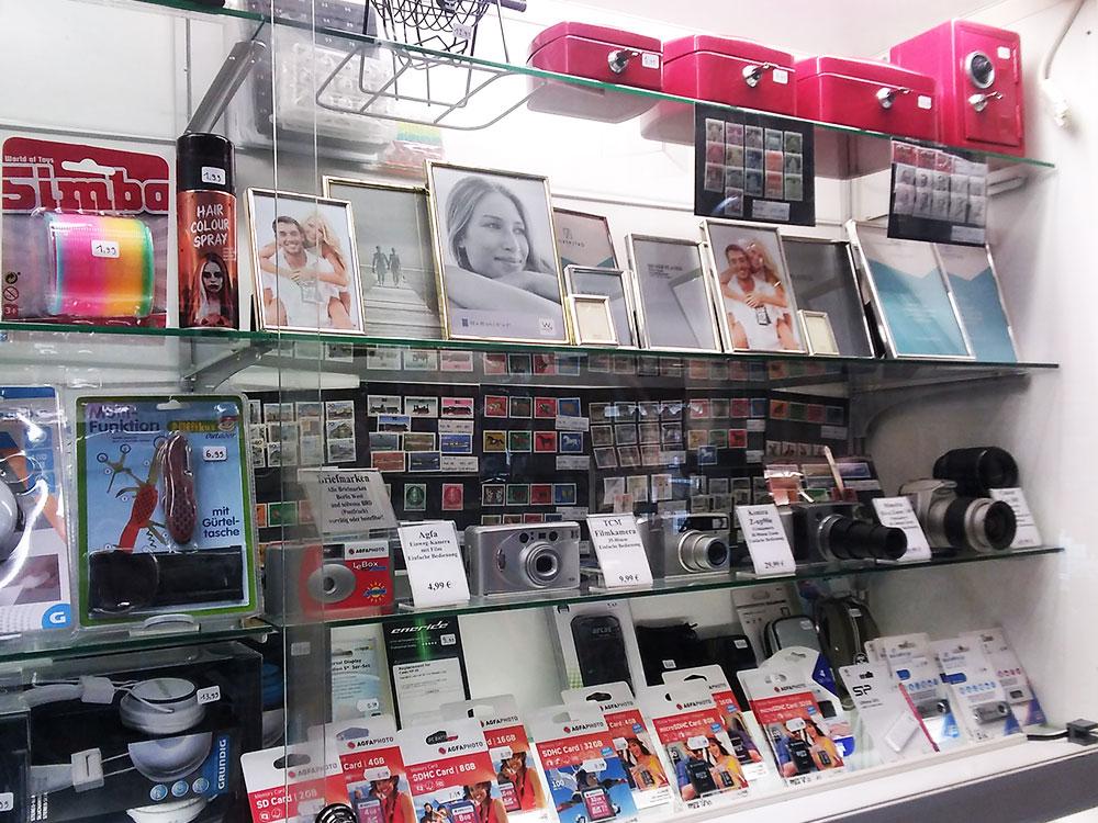 Kameras, Fotobedarf und Bilderrahmen im Foto-Schreib-Spielwaren-Shop in Onkel Toms Ladenstraße