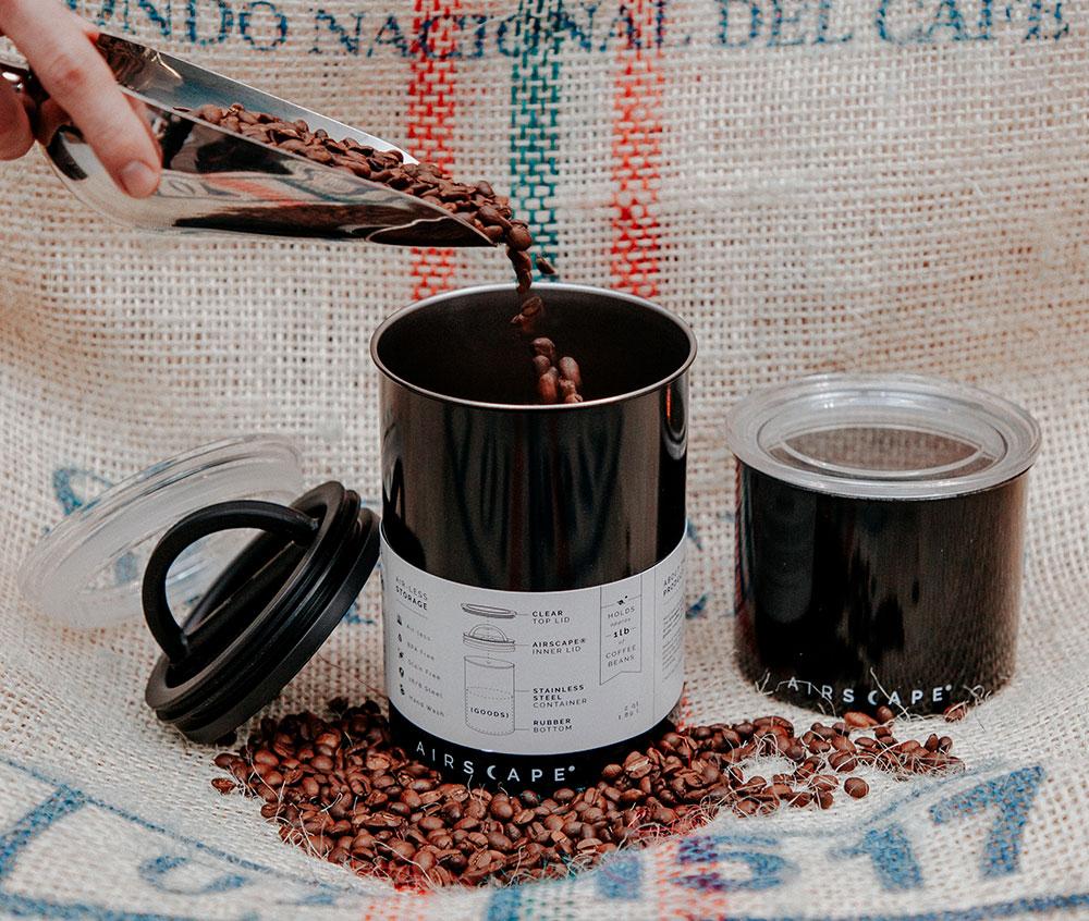 Spezialkaffeedosen zum Wiederbefülen in Toms Kaffeerösterei