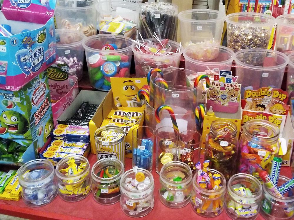 Süßigkeiten für Kinder im Foto-Schreib-Spielwaren-Shop in Onkel Toms Ladenstraße