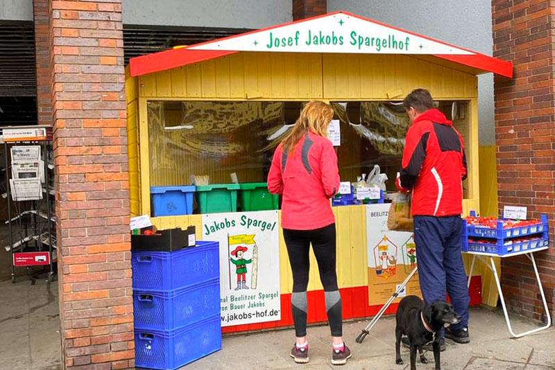 Spargelverkauf in Onkel Toms Ladenstraße