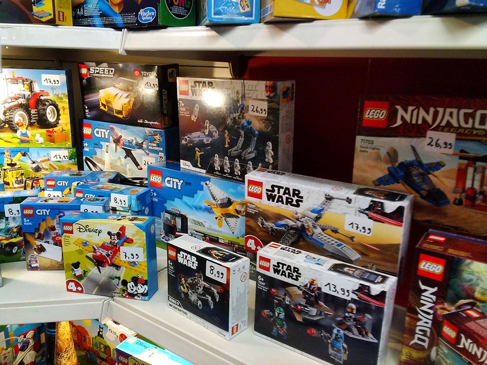 Große Auswahl an Spielzeug im Foto-Schreib-Spielwaren-Shop in Onkel Toms Ladenstraße