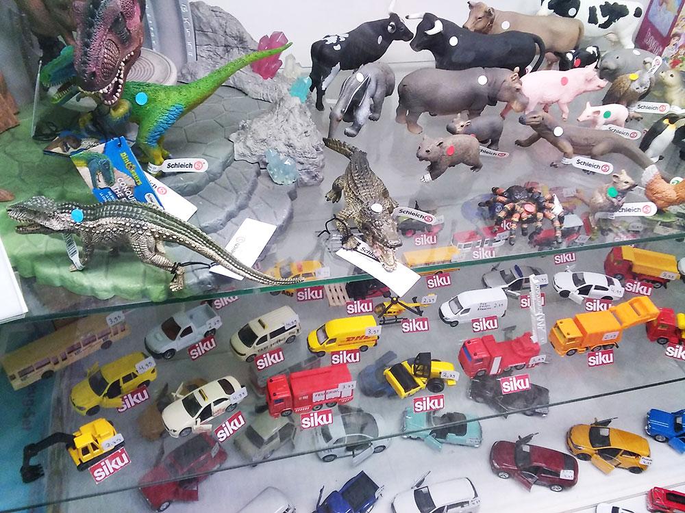 Spielzeugfiguren von Schleich und Spielzeugautos im Foto-Schreib-Spielwaren-Shop in Onkel Toms Ladenstraße