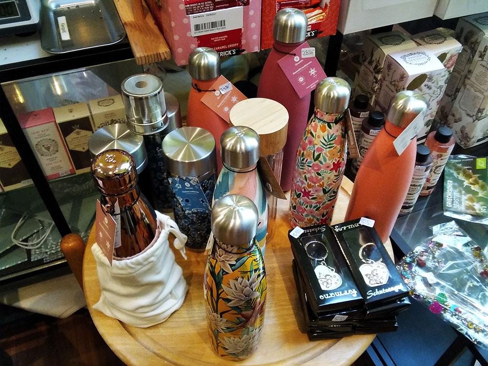 Thermosflaschen von Qwetch im Kleinen Teehaus in Onkel Toms Ladenstraße