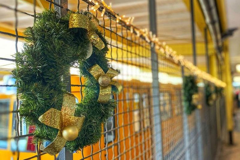 Weihnachtsdekoration in der Ladenstraße Süd